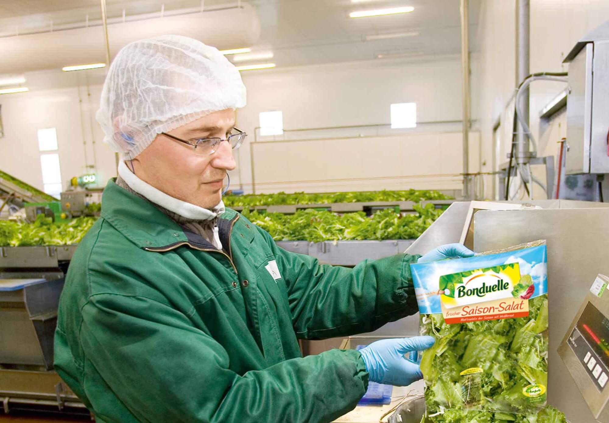 trenner-werk-salatbeutel-mitarbeiter